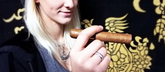cigara v ženskej ruke úsmev