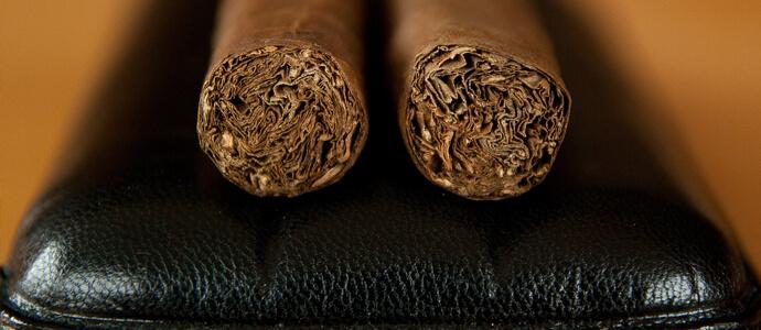 Čierne kožené cigarové púzdro s dvoma cigarami - detail