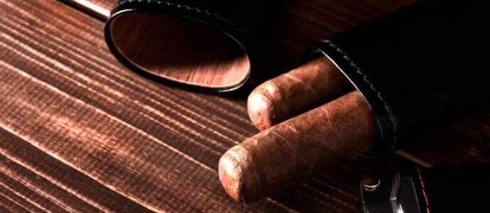Čierne cigarové púzdro s vnútrom z cedrového dreva s dvoma cigarami