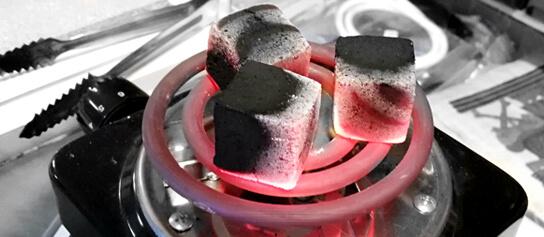 žhavé kokosové uhlíky na rozpaľovacej špirále