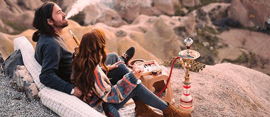 outdoor shisha - mladý pár fajčí vodnú fajku na horách